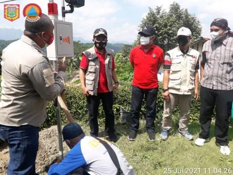 Pemasangan EWS di Titik Rawan Longsor dan Pergerakan Tanah